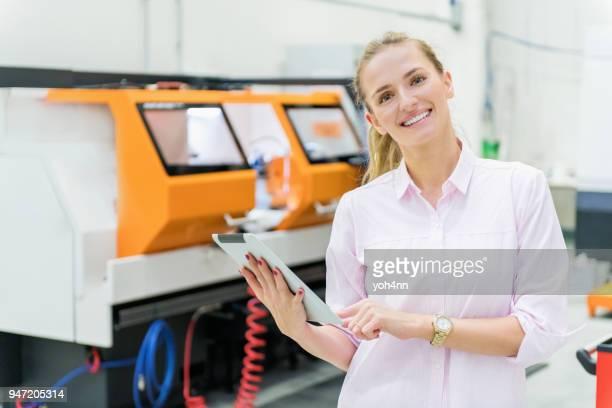 Heureux jeune femme d'affaires avec tablette numérique