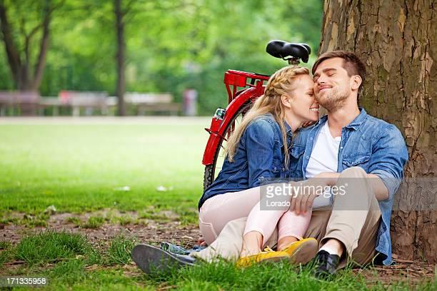 Glückliches junges Paar umarmen im park