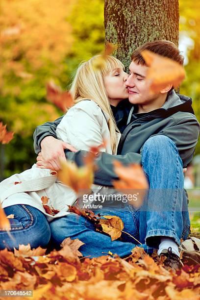 heureux jeune couple en automne parc - à côté de photos et images de collection