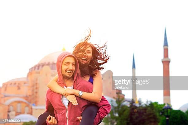 Glückliches junges Paar vor der Hagia Sophia, Istanbul