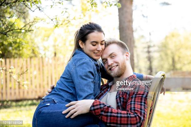 happy young couple in love in the garden. - heteroseksueel koppel stockfoto's en -beelden