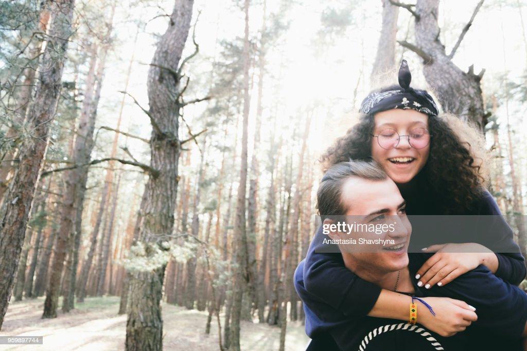 Glückliches junges Paar im Wald : Stock-Foto