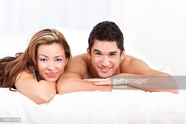 Felice coppia giovane sdraiato a letto