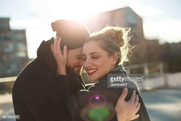 Feliz pareja joven al aire libre