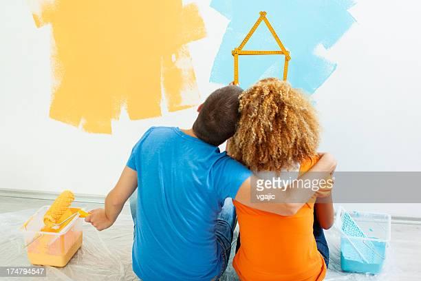 Glückliches junges Paar Gemälde Ihr neues Zuhause.