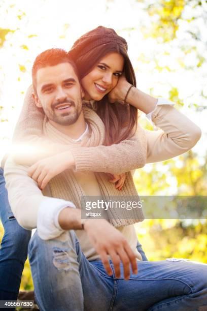happy young couple - heteroseksueel koppel stockfoto's en -beelden
