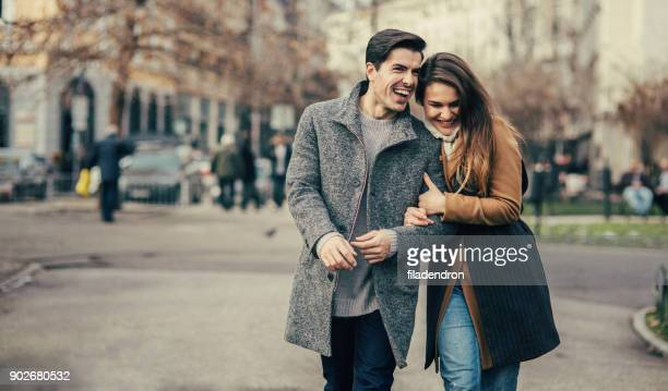 feliz casal jovem - casaco - fotografias e filmes do acervo