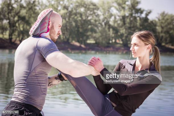 Glückliches junges Paar Unterstützung zusammen und erstreckt sich vom Fluss vor der Ausführung zu tun. Ada See, Belgrad, Serbien, Europa