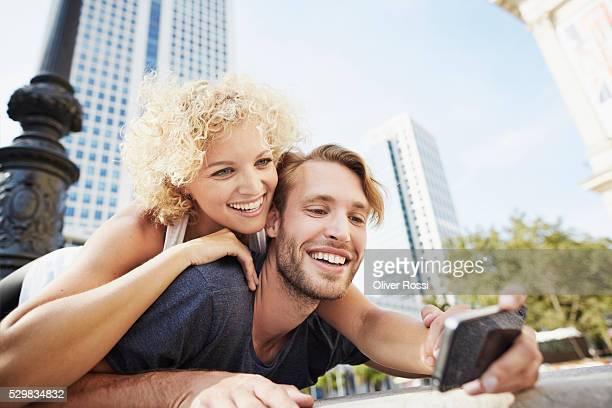 happy young couple taking selfie - hesse duitsland stockfoto's en -beelden