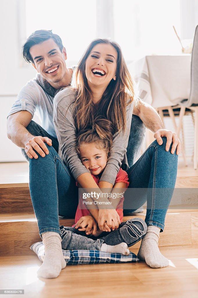 Glückliche junge Familie zu Hause : Stock-Foto