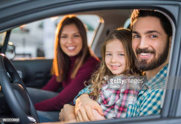 familia joven feliz comprar su vehículo nuevo. - family inside car fotografías e imágenes de stock