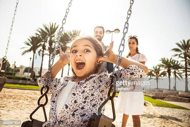 Glückliche junge Familie in Dubai, VAE