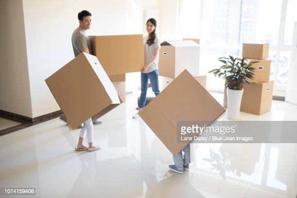 happy young family moving to a new house - demenagement humour photos et images de collection