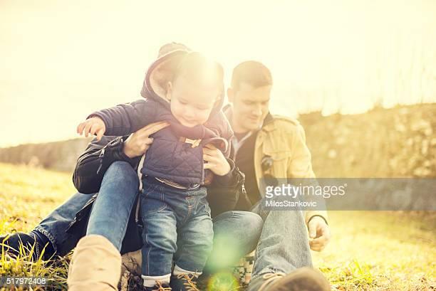 Glückliche junge Familie im Freien