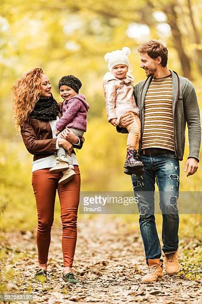 Glückliche junge Familie walking im Wald.