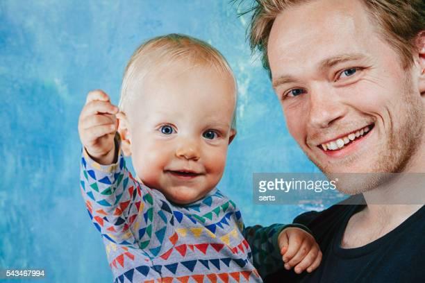 Glückliche junge Vater und baby