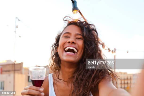 Joven feliz en la fiesta en la azotea en Barcelona