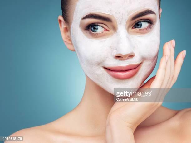 jovem feliz com máscara facial no rosto - mascara - fotografias e filmes do acervo