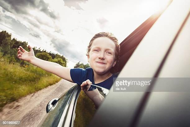 Glückliche junge Kind Sie ein Auto