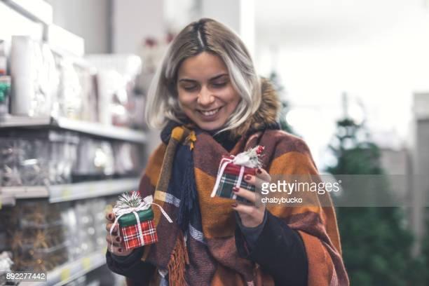 クリスマスの買い物幸せな若い女性