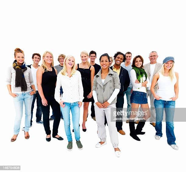 Glückliche junge Männer und Frauen stehen zusammen