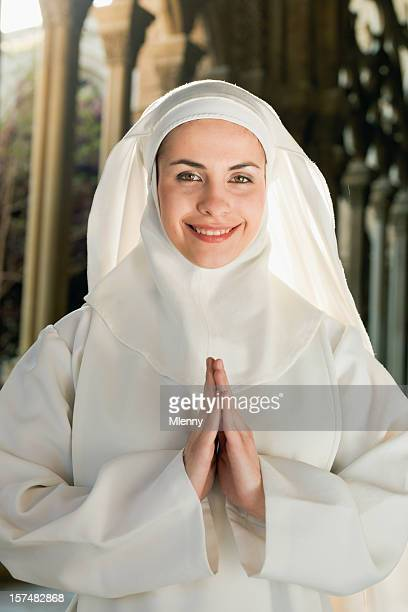 Glückliche junge Nonne
