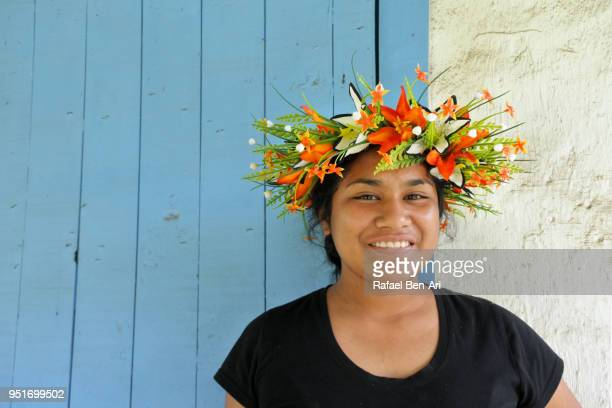 happy young pacific islander woman wearing a wreath - isole cook foto e immagini stock