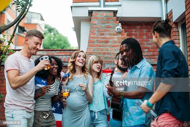 Heureux jeunes de fête dans le Patio.