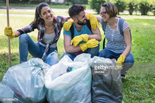 Jóvenes felices haciendo comunidad trabajan en el parque local