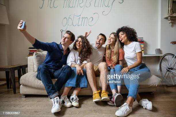 happy young people group of friends hanging out - piccolo gruppo di persone foto e immagini stock