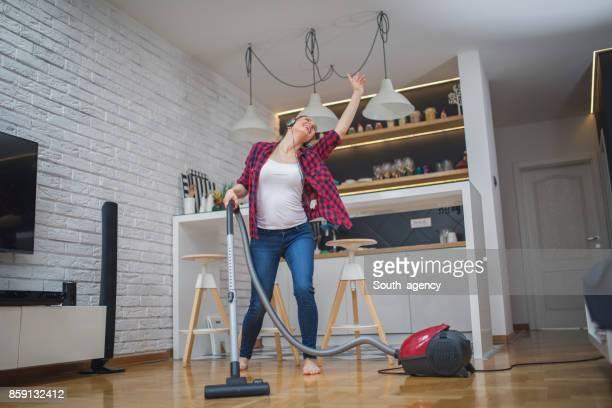 Maison nettoyage heureux jeune femme