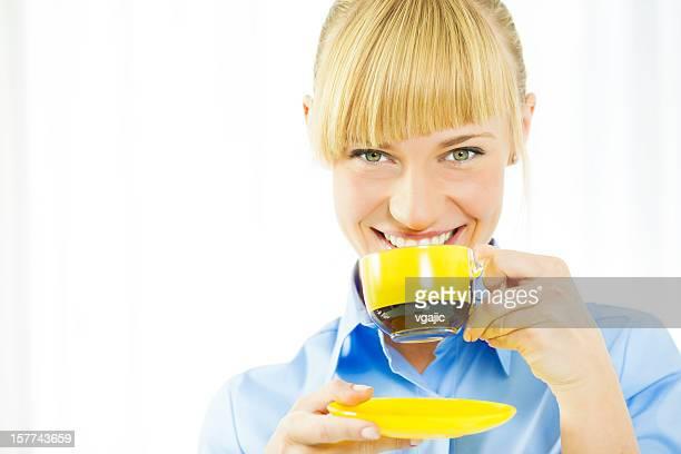 Glückliche junge Frau trinken Kaffee