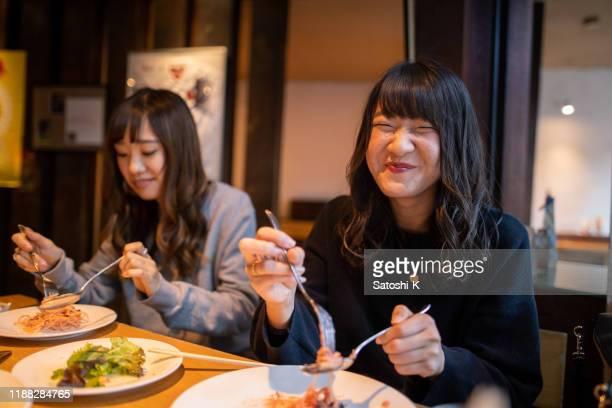 カフェで昼食を食べる幸せな若い女性 - 食事 ストックフォトと画像