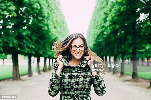 幸せな若い女性の公園でお楽しみください。
