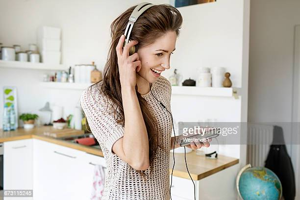 woman kitchen music ストックフォトと画像 getty images