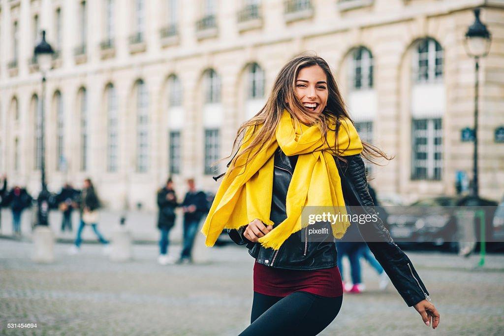 Feliz mujer joven en la ciudad de París : Foto de stock