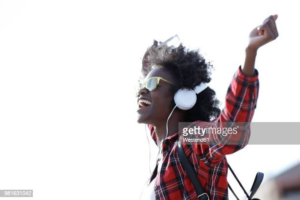 happy young woman listening music with headphones and cell phone - musique photos et images de collection