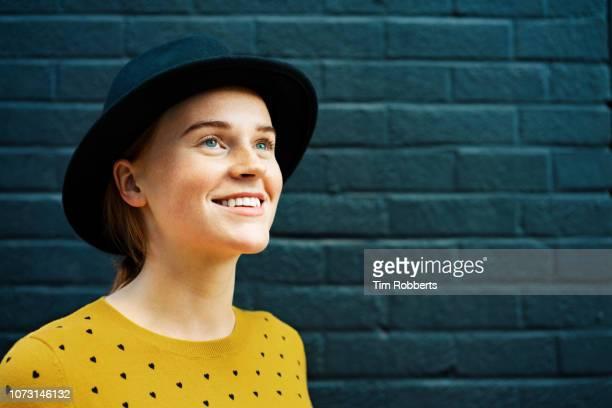happy young woman looking up and smiling - mirar hacia arriba fotografías e imágenes de stock