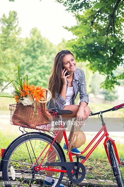 Glückliche junge Frau am Telefon