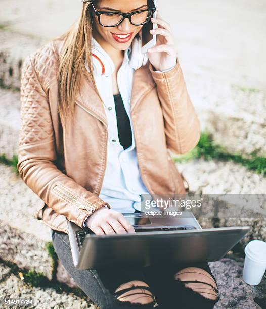 Heureuse jeune femme sur le téléphone