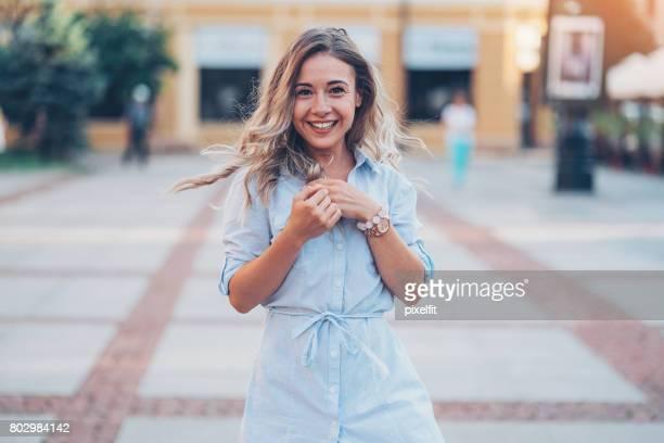 Glückliche junge Frau im Freien in der Stadt