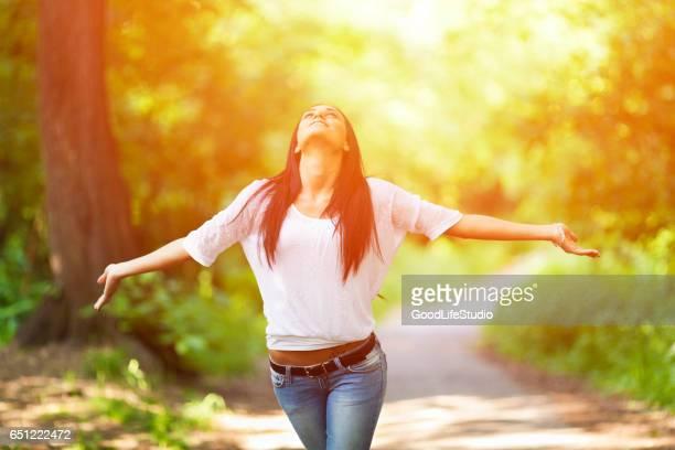 Gelukkig jonge vrouw
