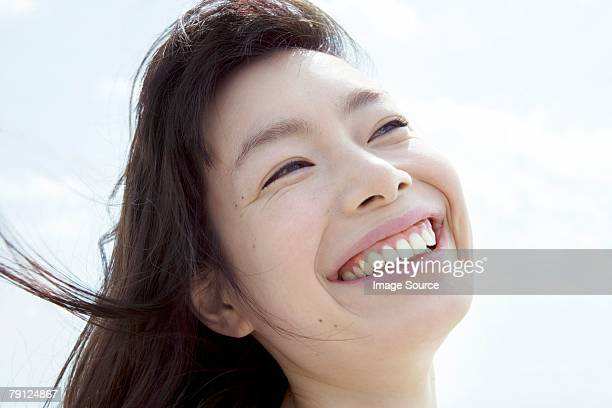 幸せな若い女性
