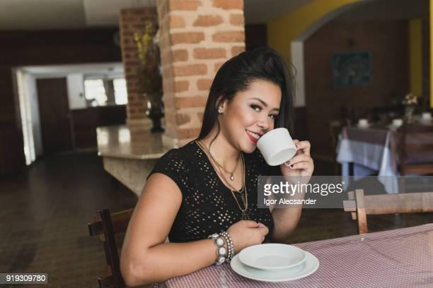 mulher jovem feliz - table top - fotografias e filmes do acervo