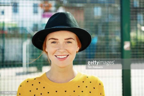 happy young woman smiling at camera. - natürliche schönheit personen stock-fotos und bilder