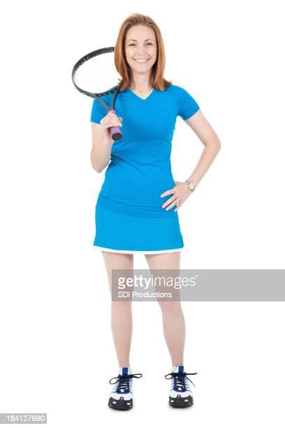 幸せな若い女性に立つテニスラケットの肩