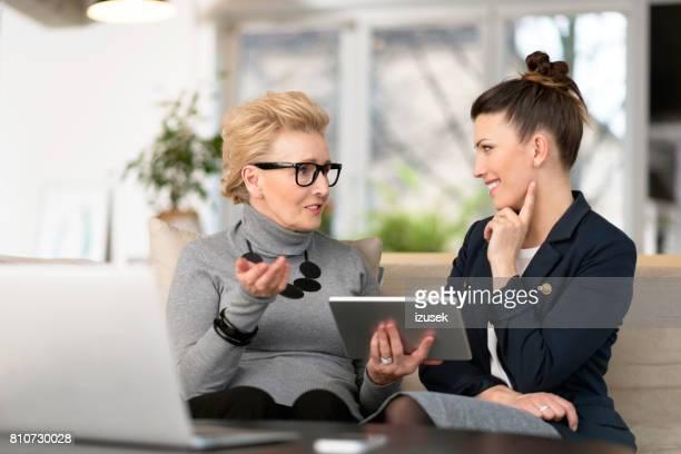Glückliche junge Frau im Gespräch mit ihrem senior mentor
