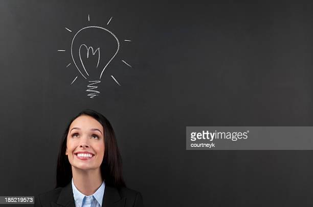 Heureuse jeune femme pensant une grande idée