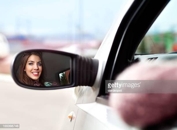 Mujer joven feliz esperando en un coche