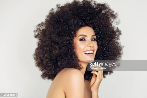giovane donna felice con i capelli ricci - afro foto e immagini stock